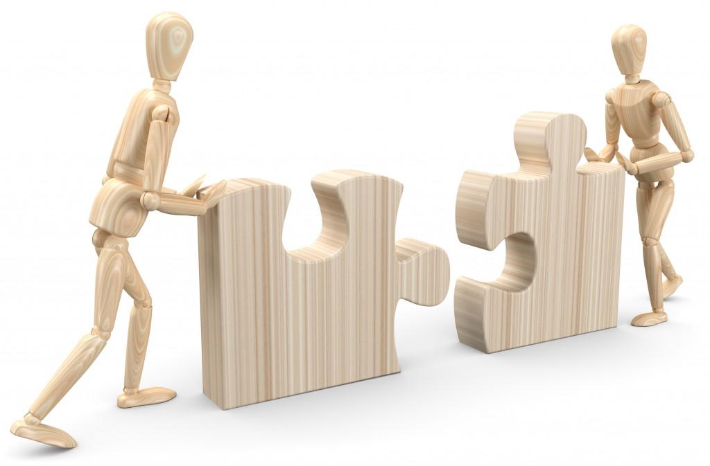 Holzfiguren mit Puzzleteile